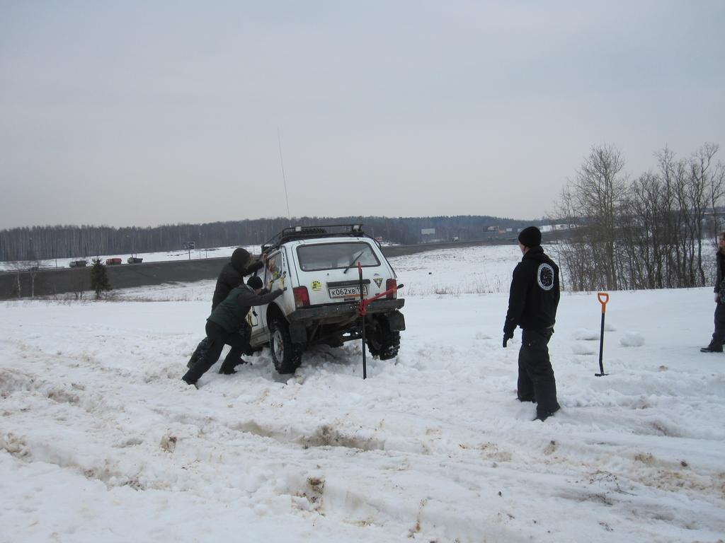 "Танцы ""Нивы"" на снегу"