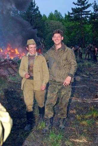 Солдаты тушат пожар