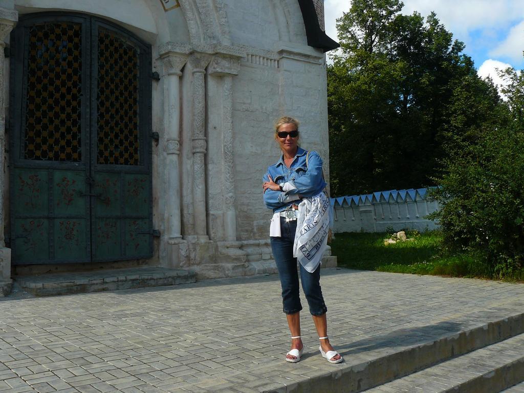 Lady при входе в храм