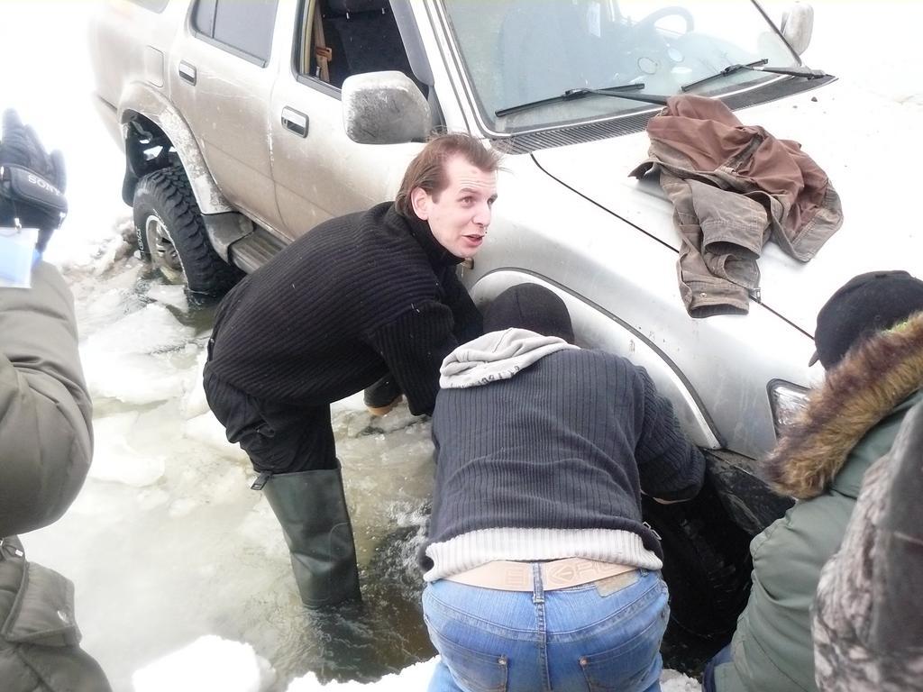 Хотел машину помыть, а лёд провалился)))